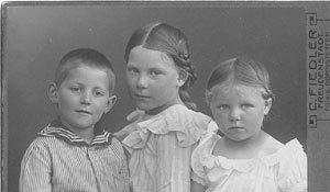 Hanna-KroegerRight-and-Two-Siblings